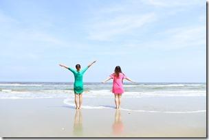 海辺で遊ぶ子ども
